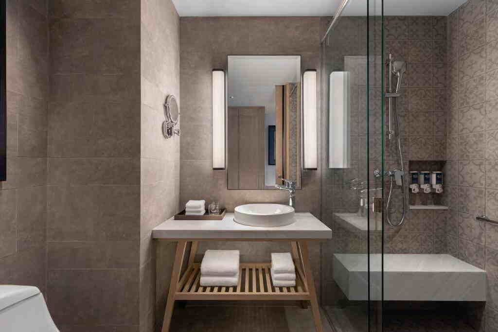 Four Points by Sheraton Patong Beach Hotel Superior Room Toilet