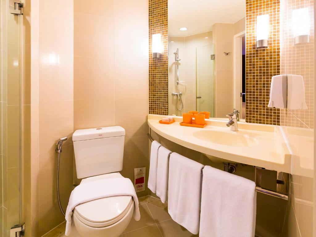 Standard Double room ibis Kata Toilet