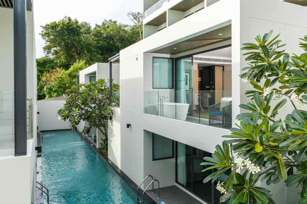 deluxe-pool-view-room